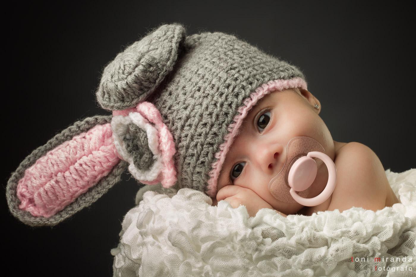 bebe de 1 mes con gorro de conejo y chupete