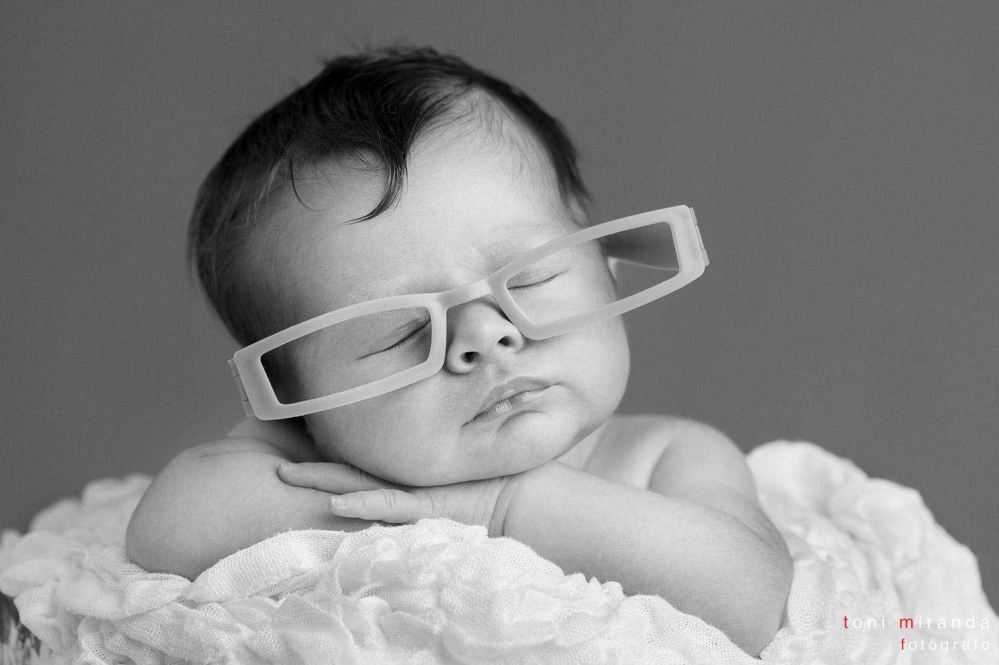 recién nacida con gafas