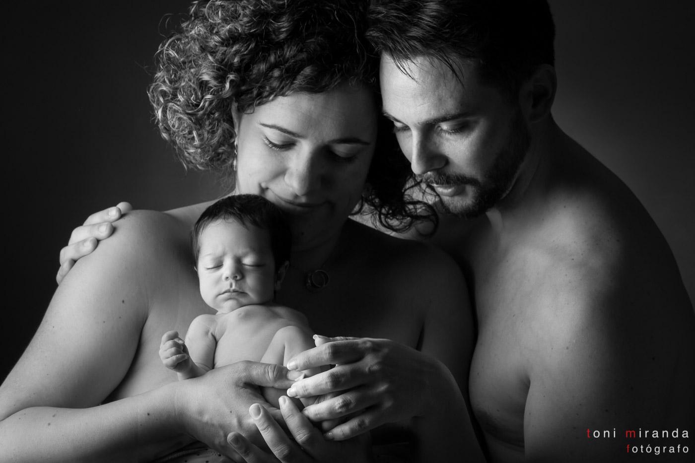 padres con recién nacida en estudio alcoy