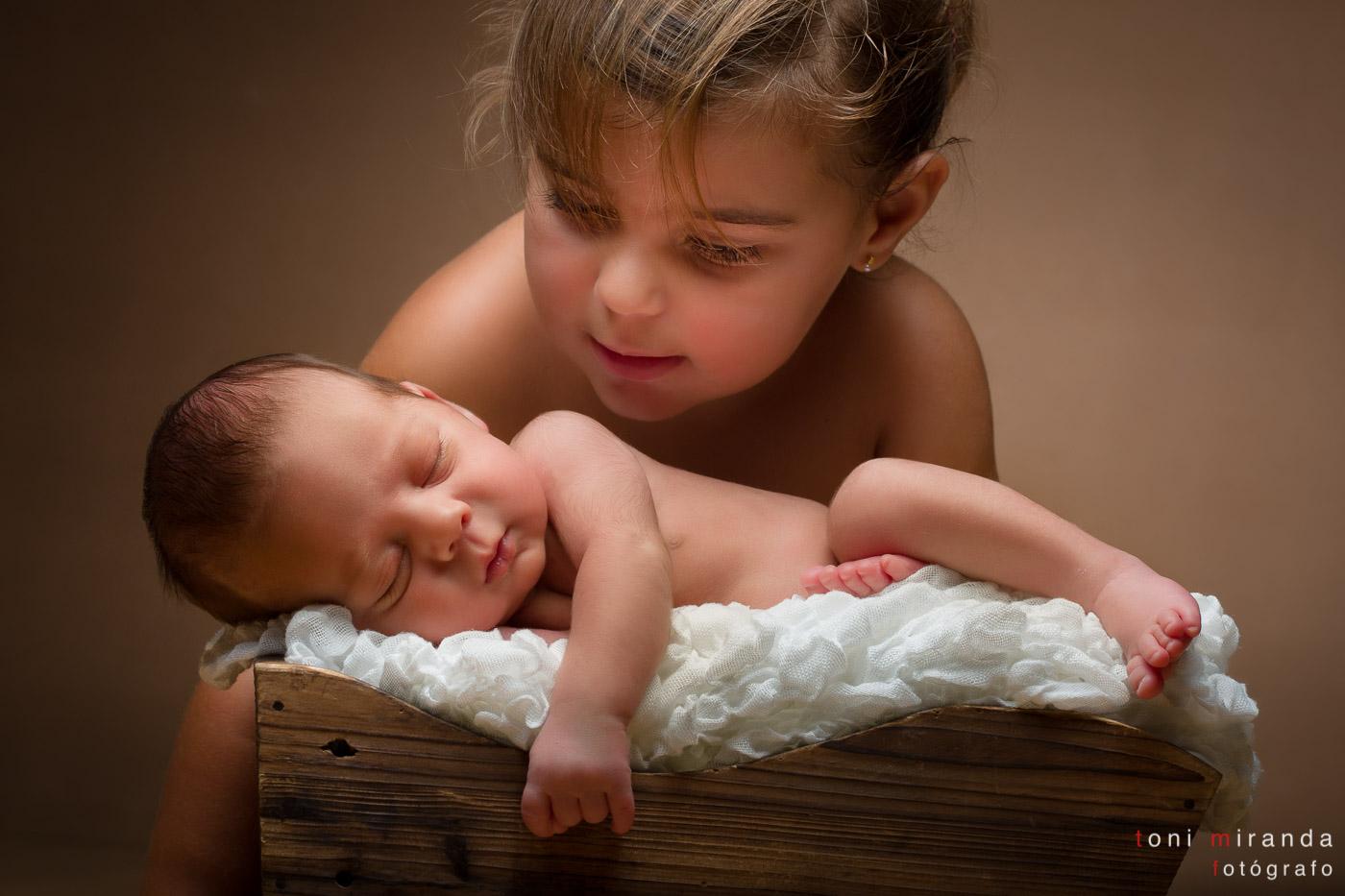 recién nacido con su hermana