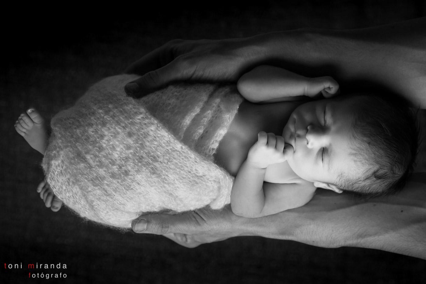 recién nacida en brazos de su padre