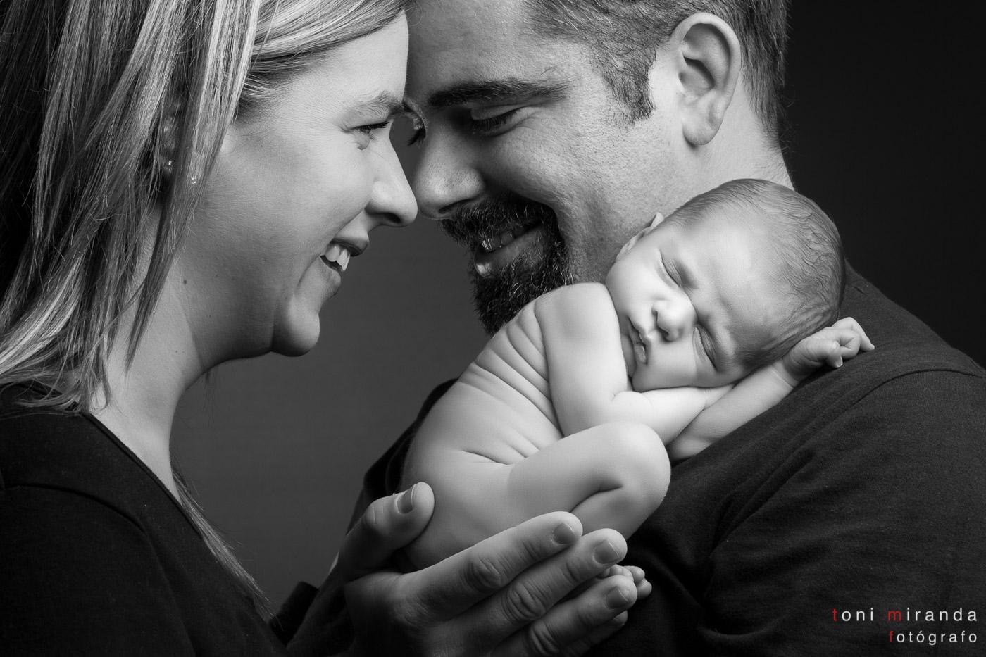 padres con bebe recién nacido