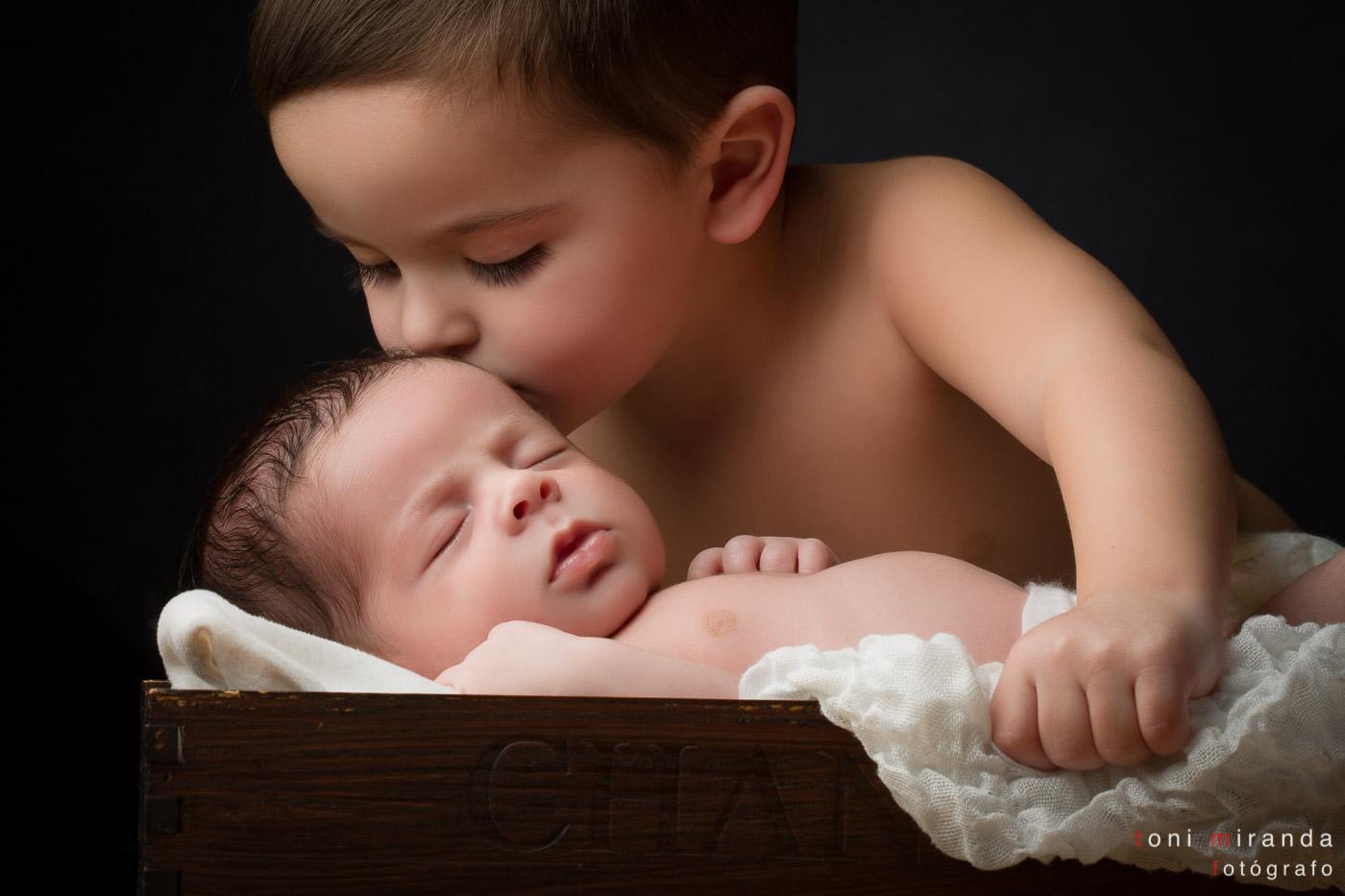 recién nacido con hermano en escena tierna