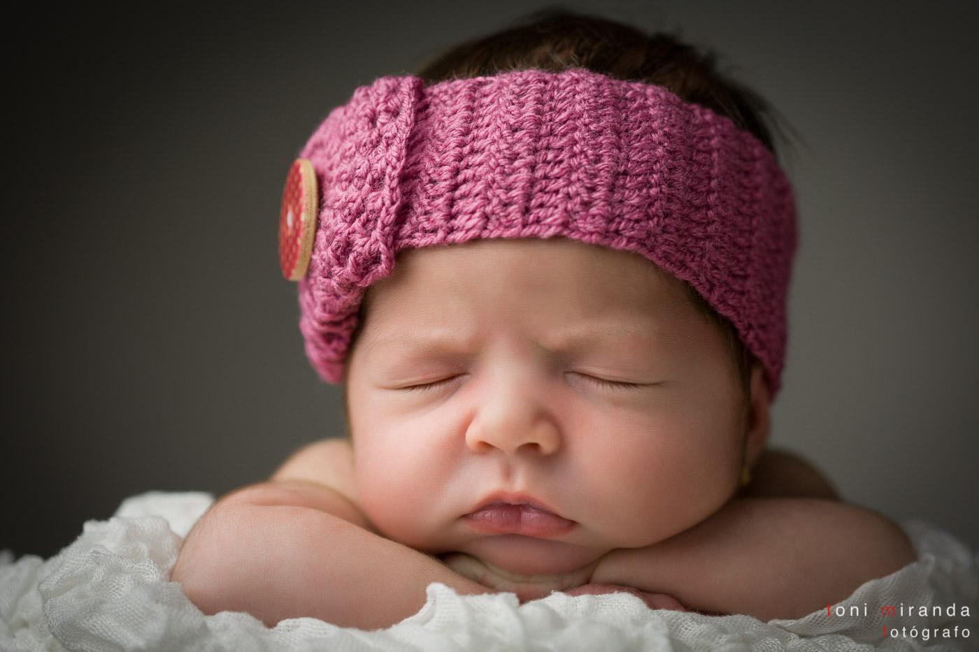 Recién nacida con diadema