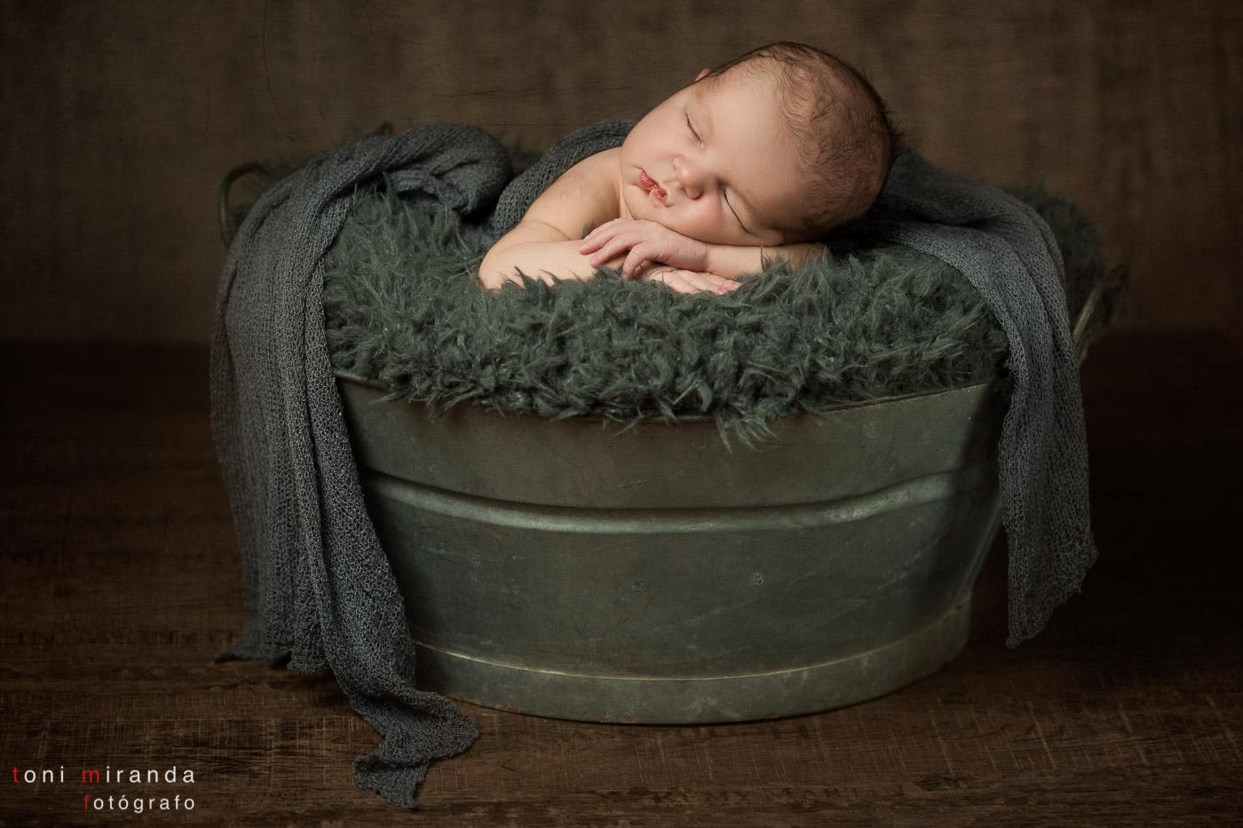 newborn durmiuendo en barreño