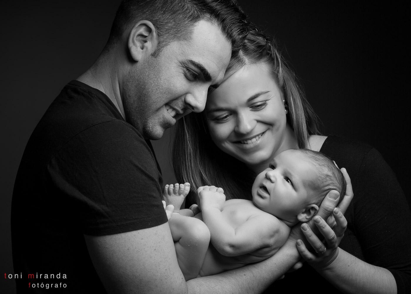 padres con recién nacido