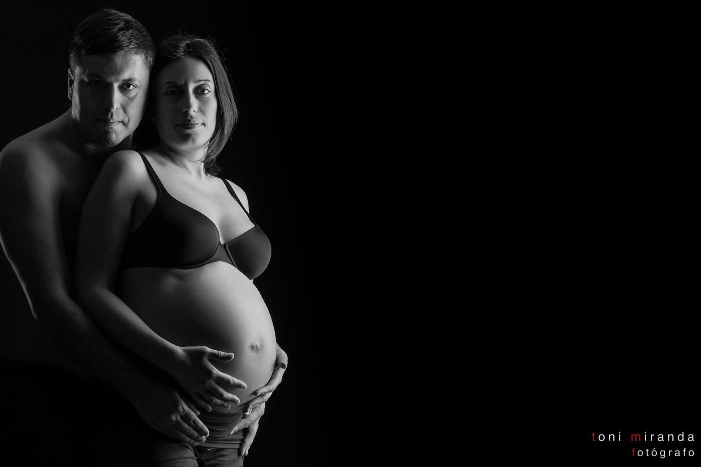 embarazada con su pareja en estudio de Alcoy