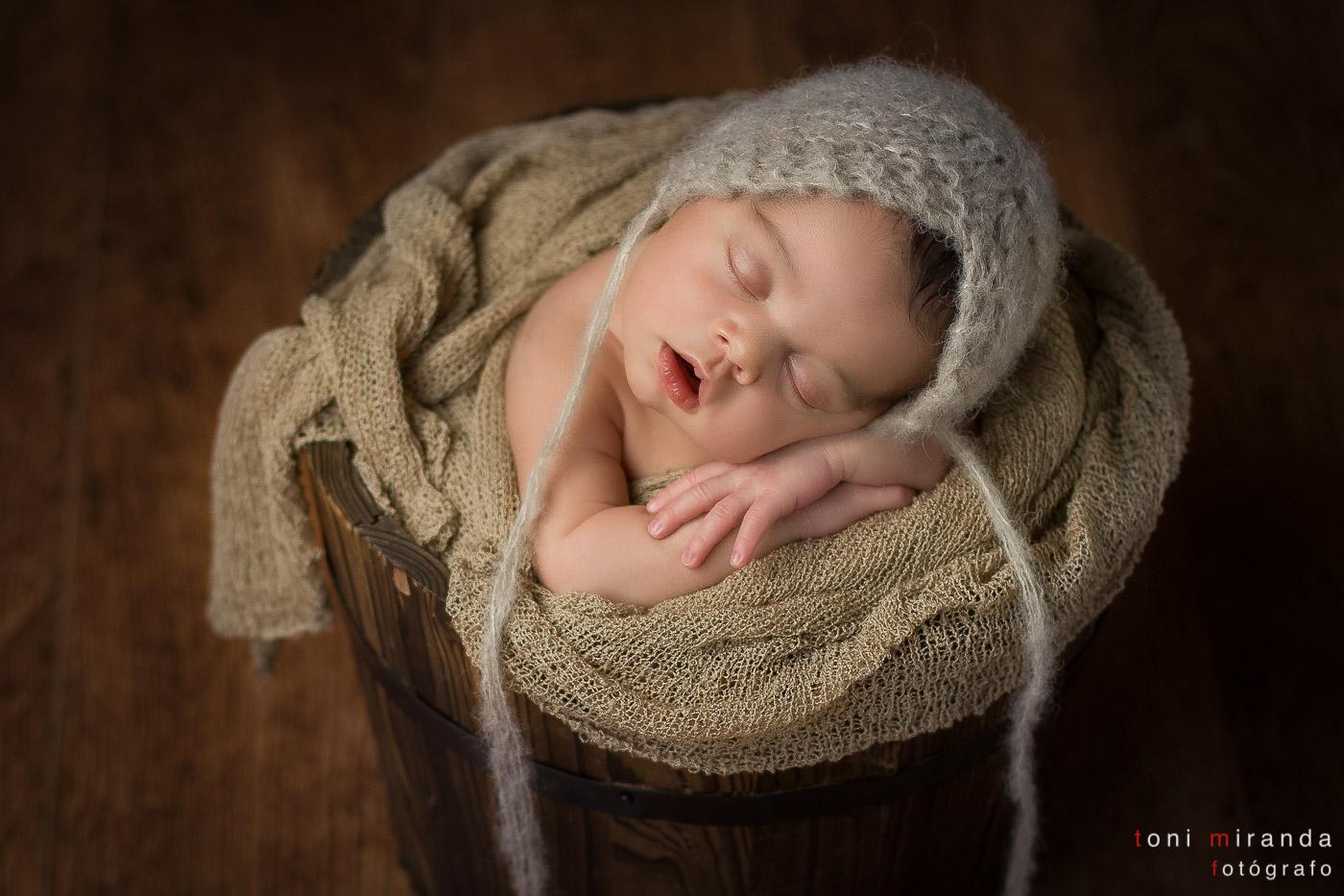 bebe recién nacida en cubo