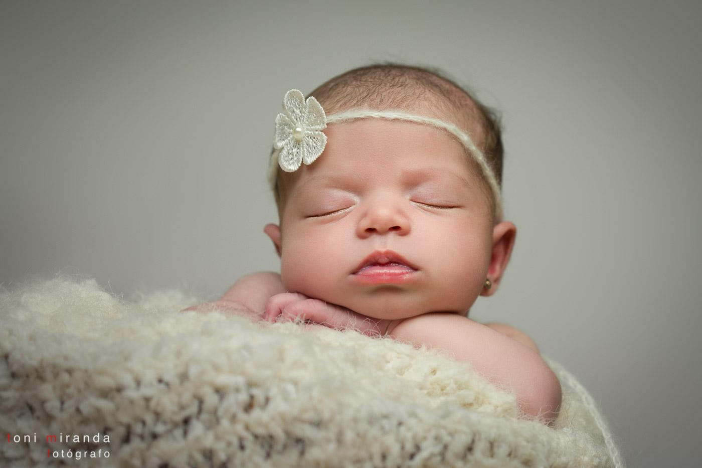 recién nacida fotografiada en estudio
