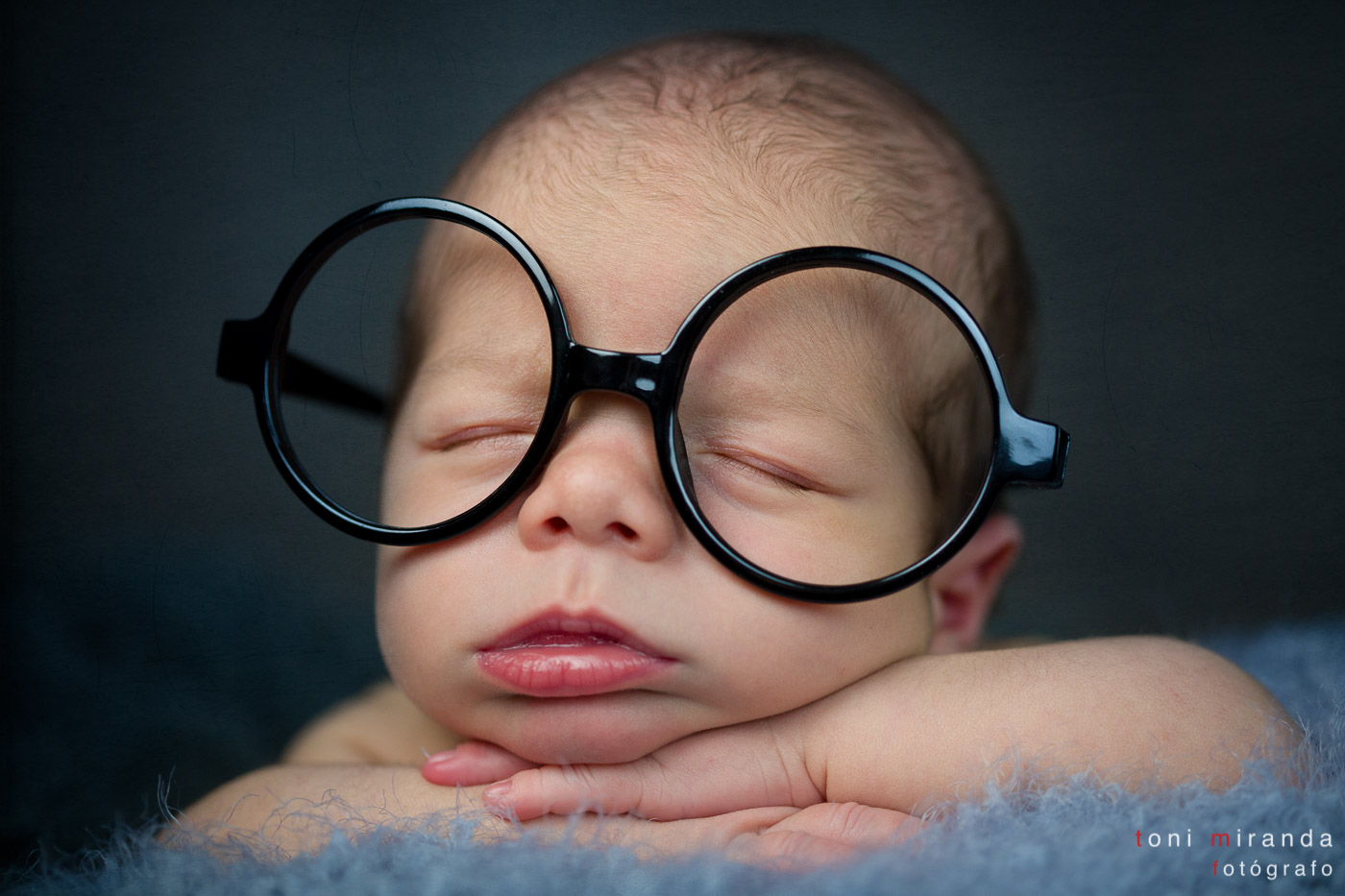 recién nacido con gafas grandes