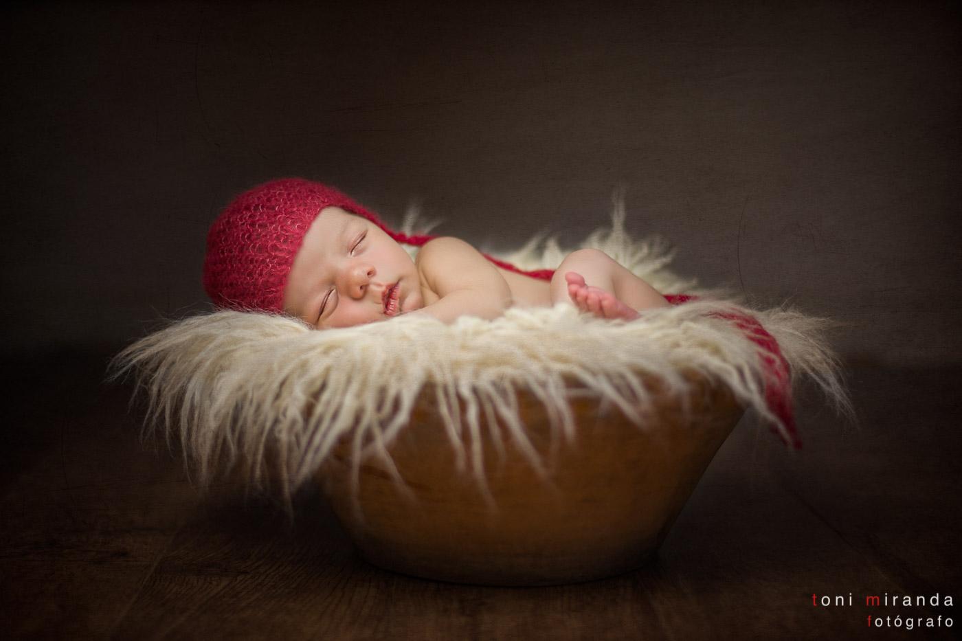 recién nacido dentro de un prop de barro