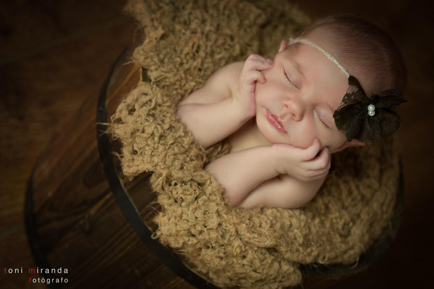 bebe newborn dentro de cubo