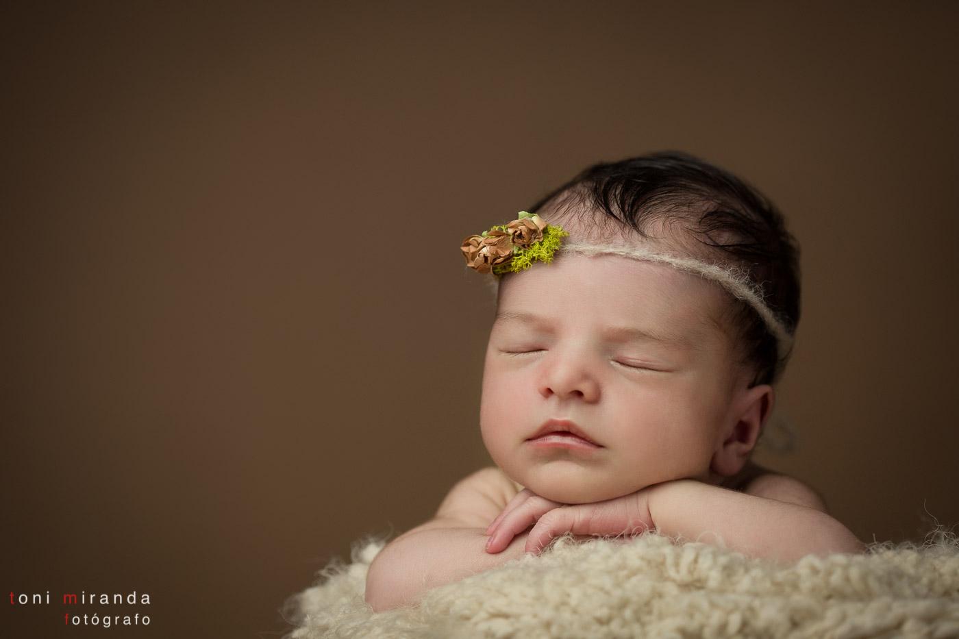 Recien nacida en alcoy durmiendo con diadema