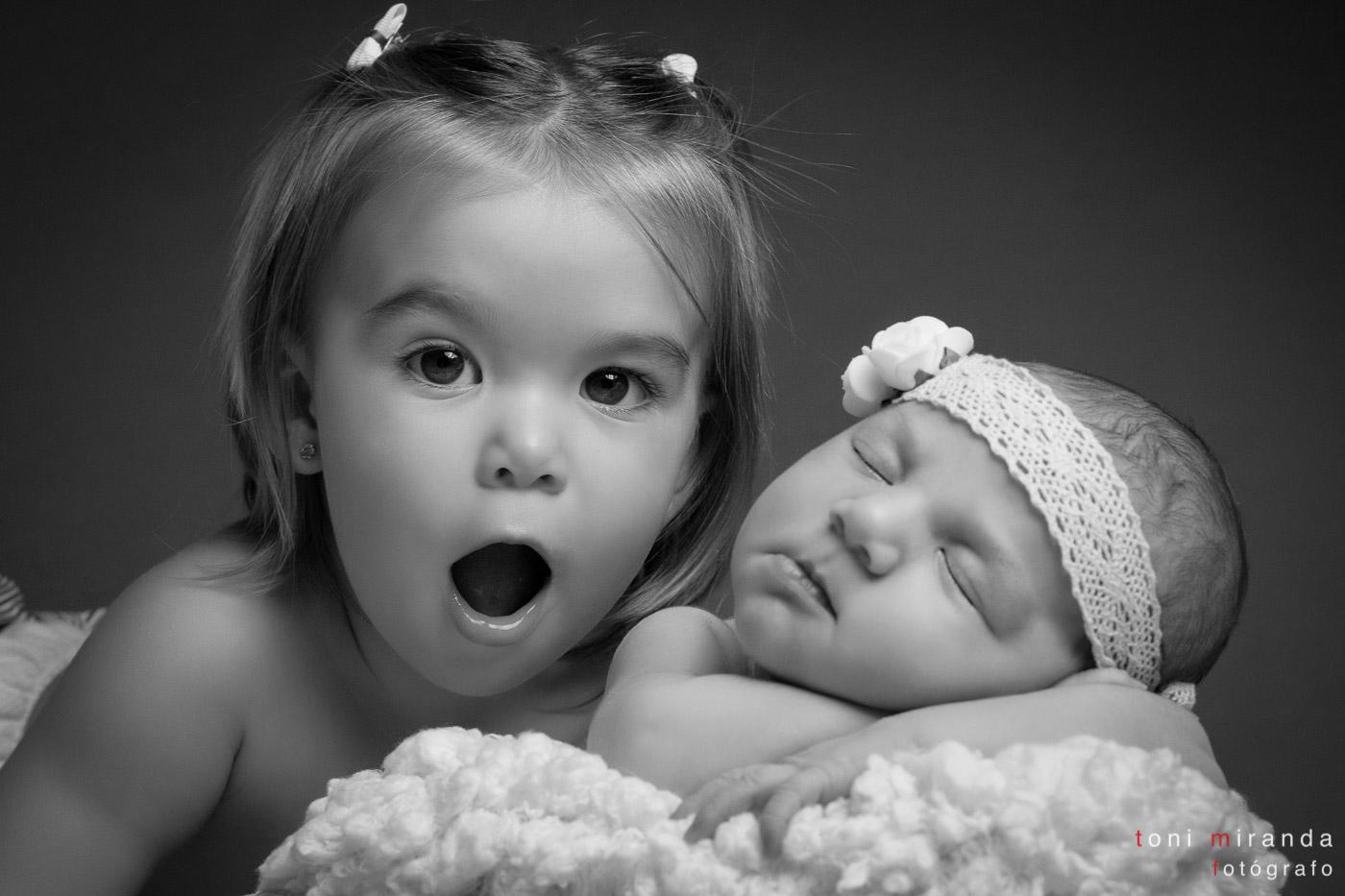 recien nacida con su hermana