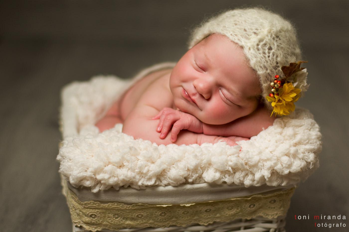 bebe recien nacida en cesta