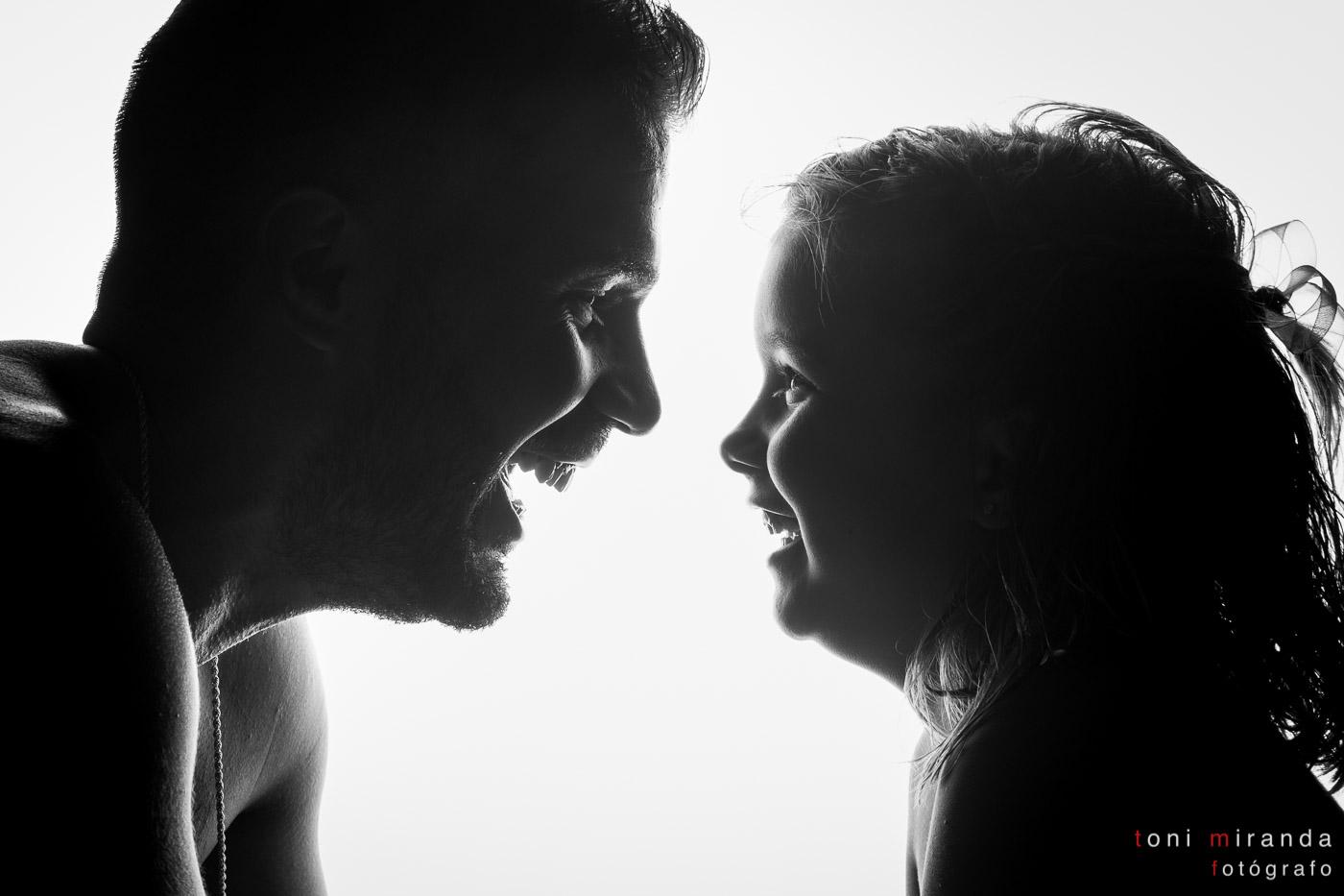padre e hija alegre
