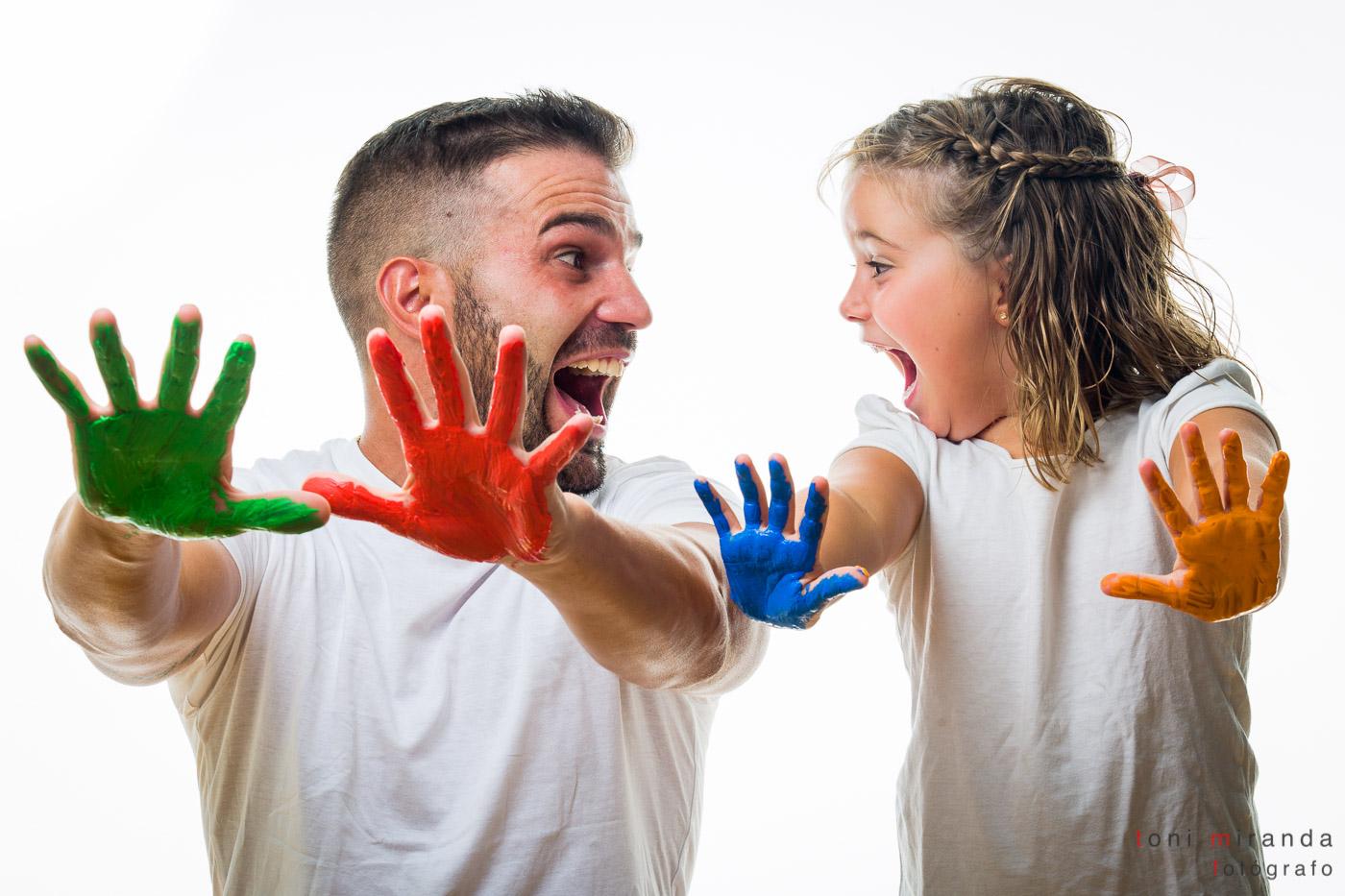 padre e hija jugando con pintura