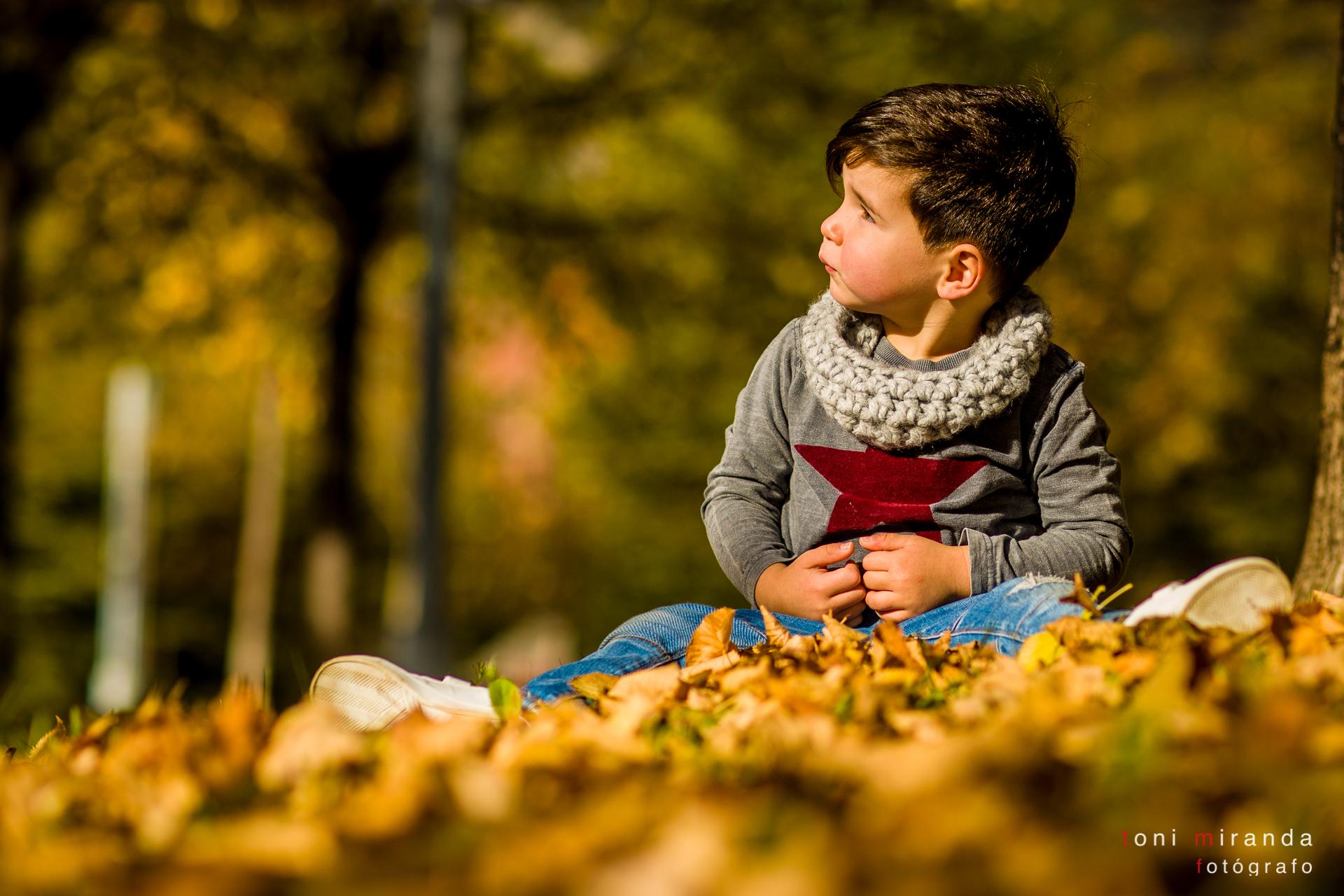 chico con reportaje en otoño