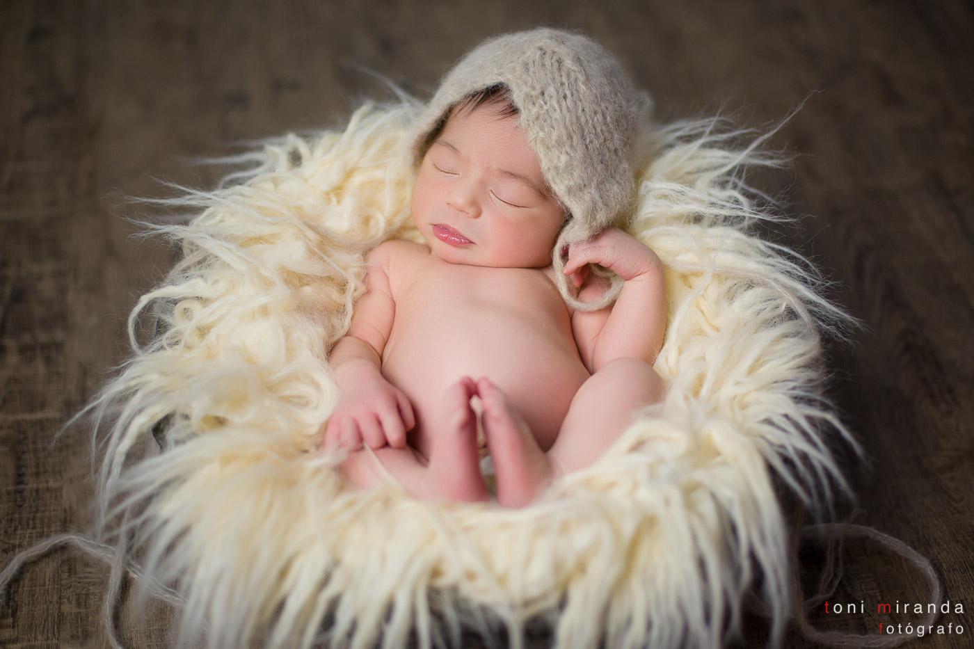 newborn-bebe-babygirl-durmiendo-cesta-basket