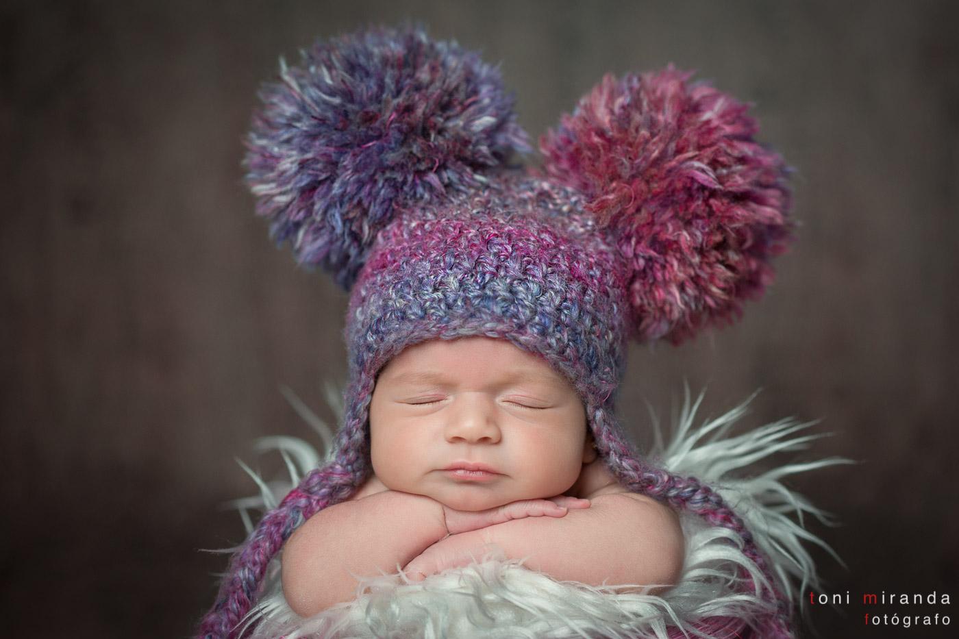 bebe recien nacida con atrezzo y gorro