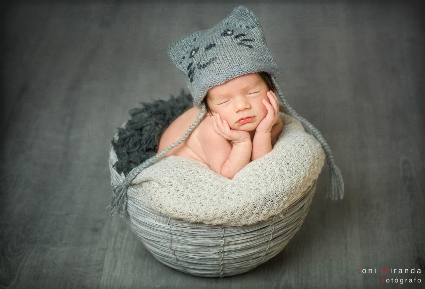 bebe recién nacido en cestita con gorrito de gatito