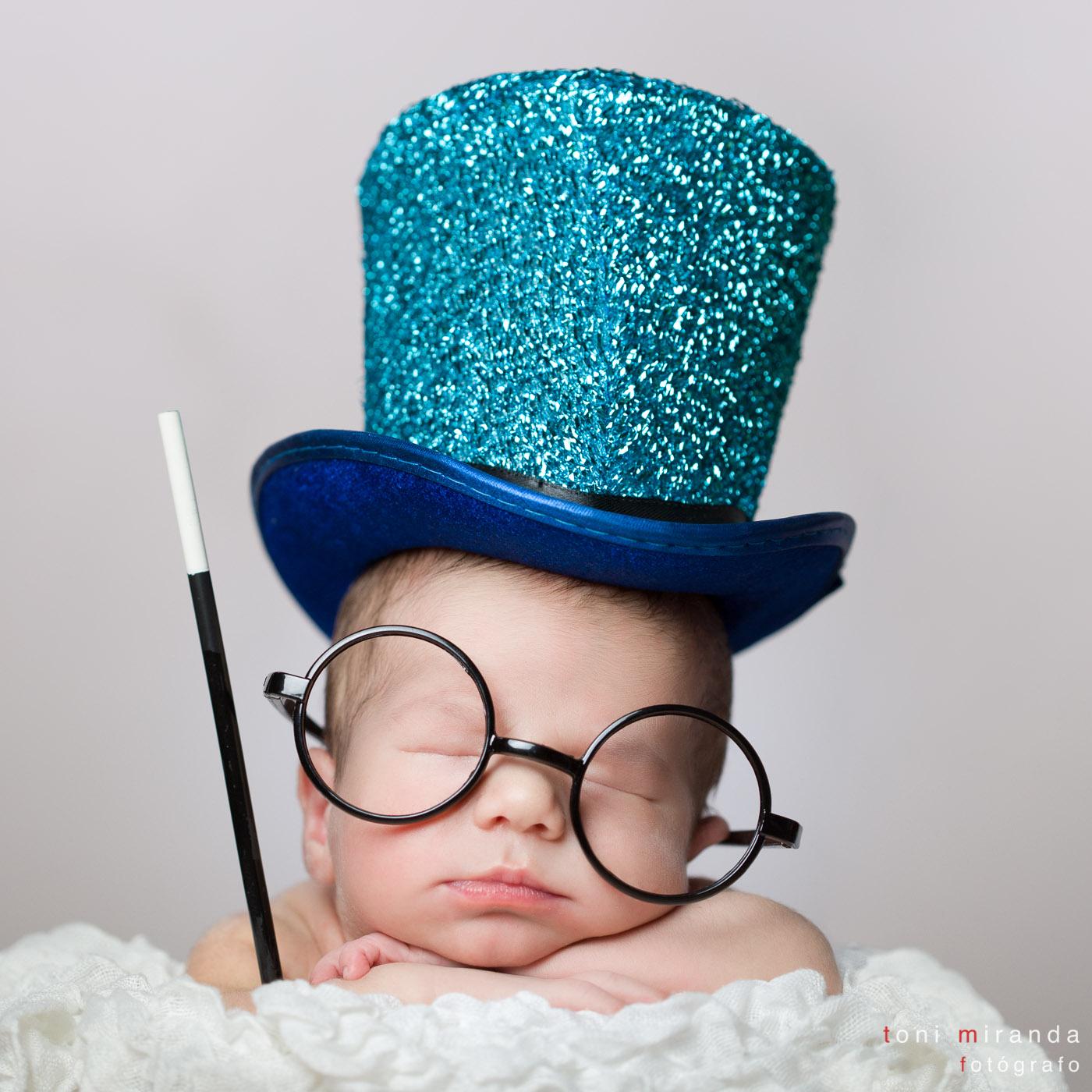 bebe recien nacido con chistera y gafas en estudio alcoy