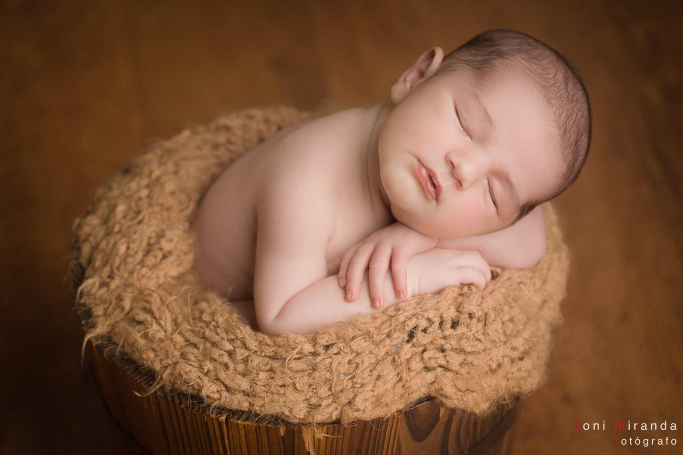 bebe recién nacido en cubo