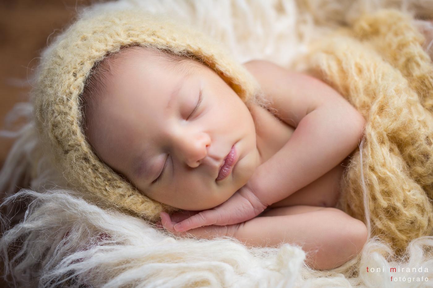 niña recien nacida arropada