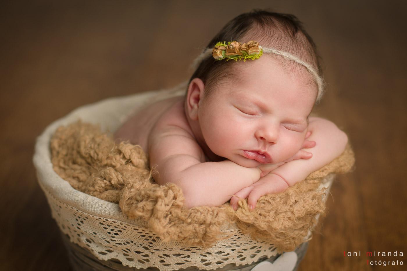 bebe recien nacida en prop y diadema