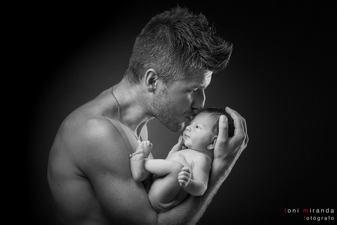 sesión de newborn con bebe con su padre