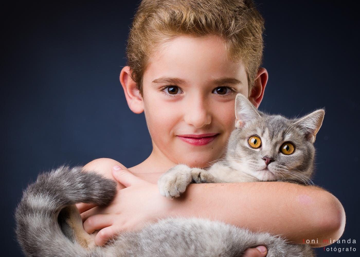 niño con su gato
