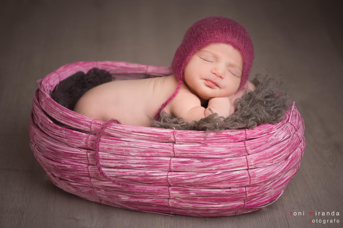 recien nacida en cestita rosa