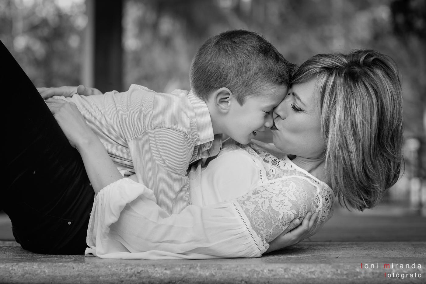 mama besando a hijo en la nariz en parque la glorieta