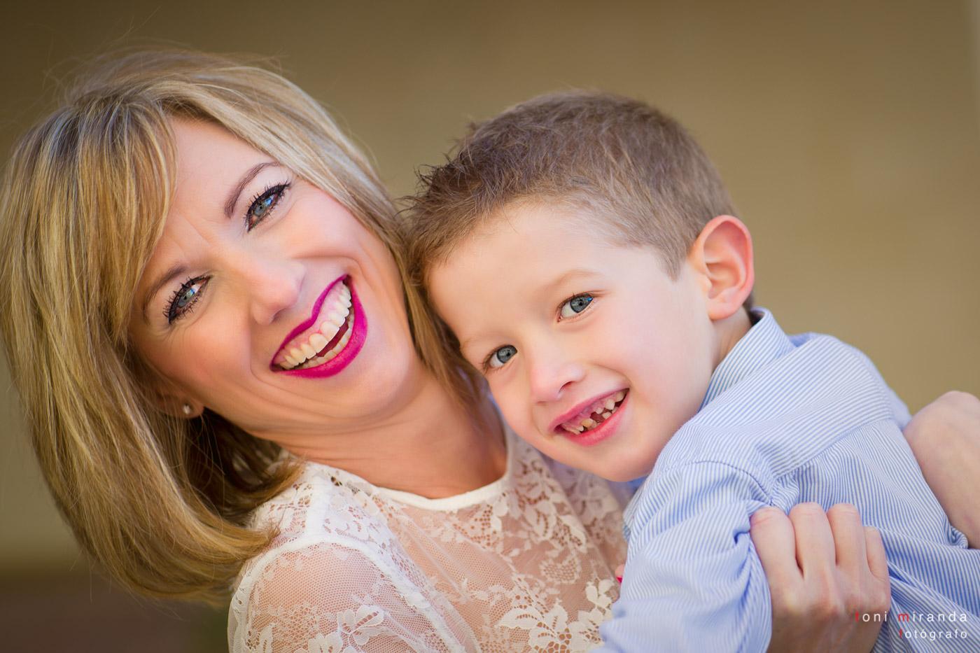 retrato madre e hijo sonriendo en alcoy en alicante