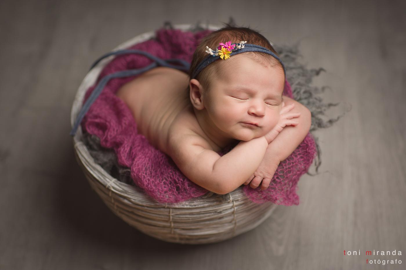 niña recien nacida durmiendo en estudio