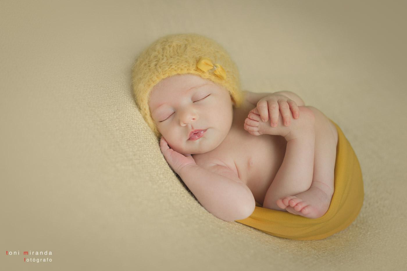 fotografia de bebe durmiendo con gorro de lana amarillo en estudio de alcoy en alicante