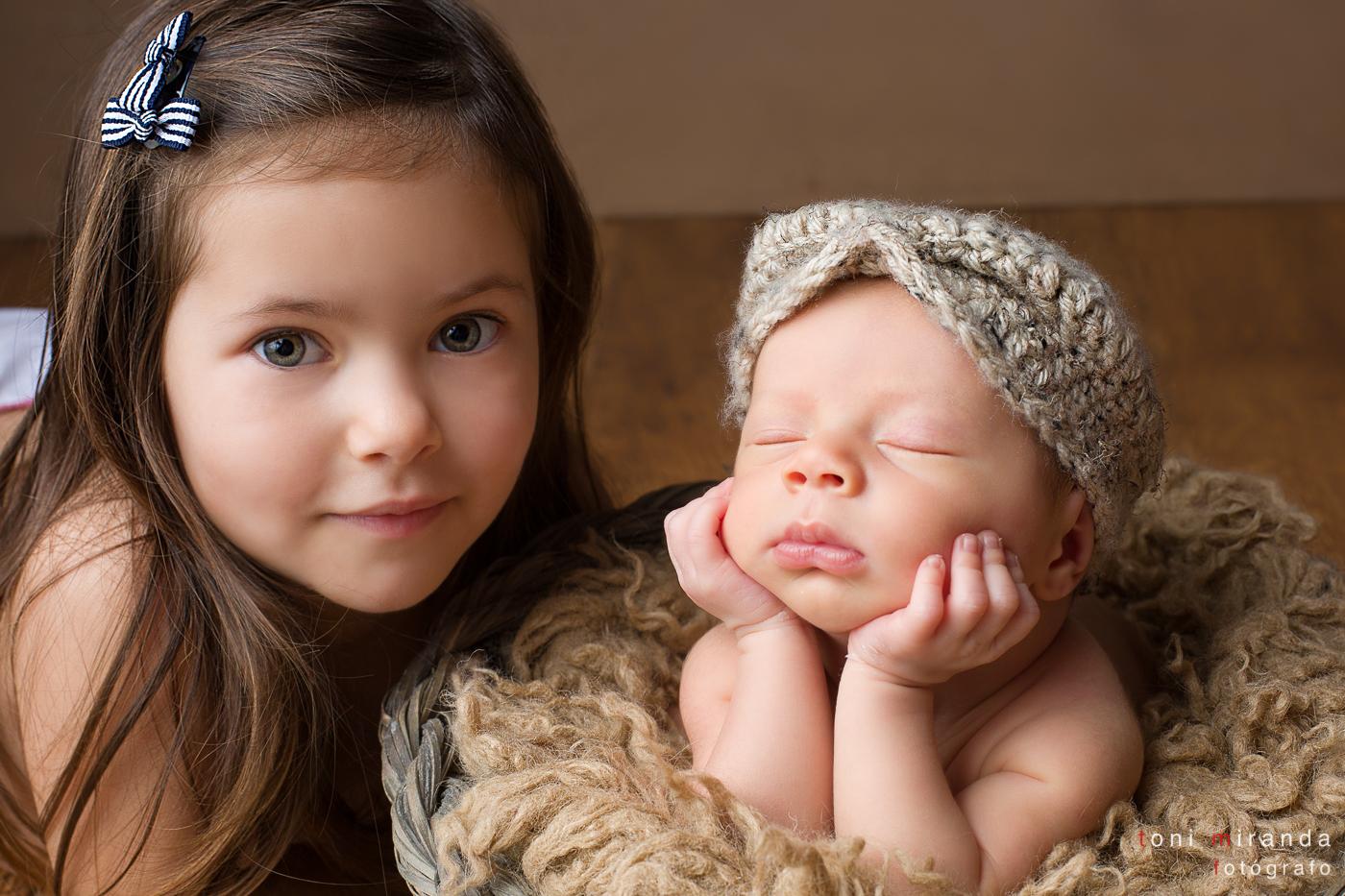 newborn con su hermana