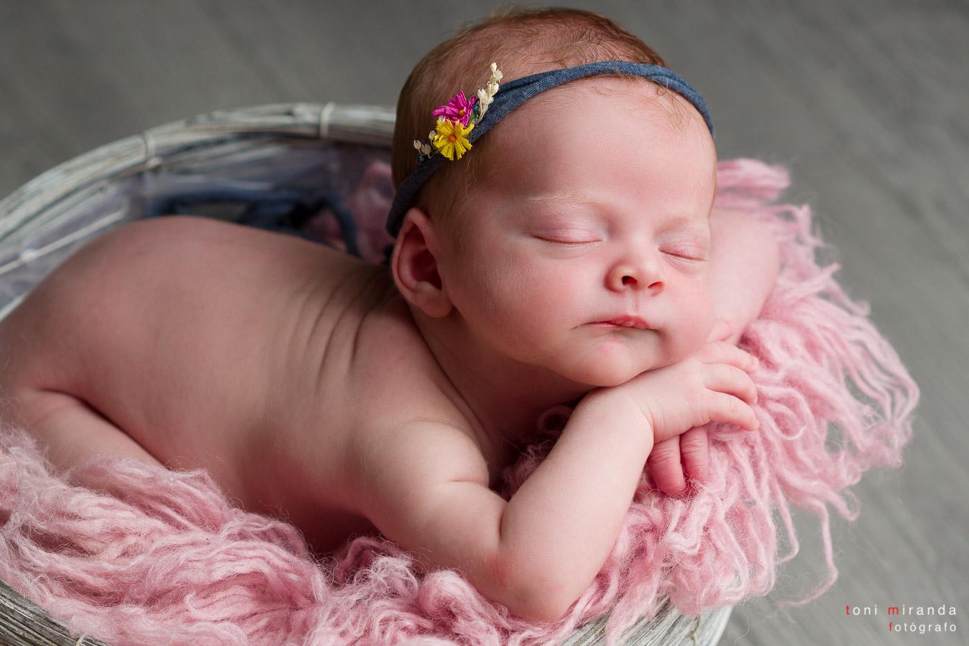 bebe durmiendo en cestita con diadema