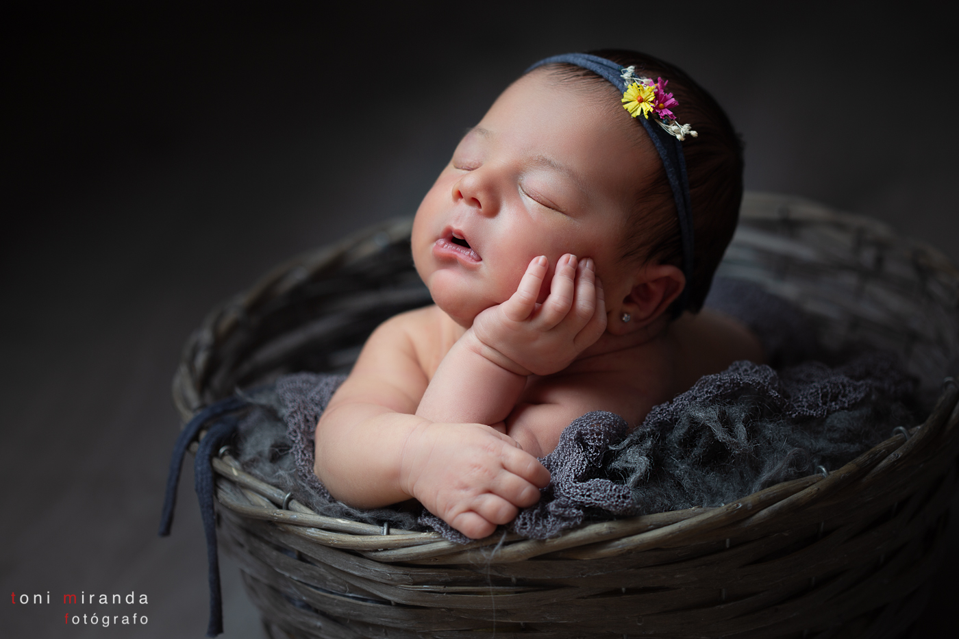 bebe durmiendo en cesta