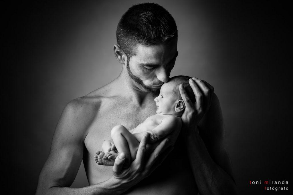 bebe recien nacido en sesion fotografica con su padre