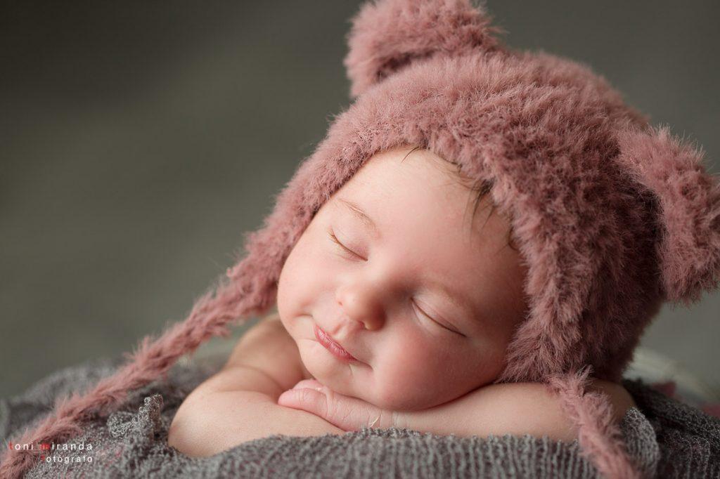 recien nacida sonriendo con gorrito