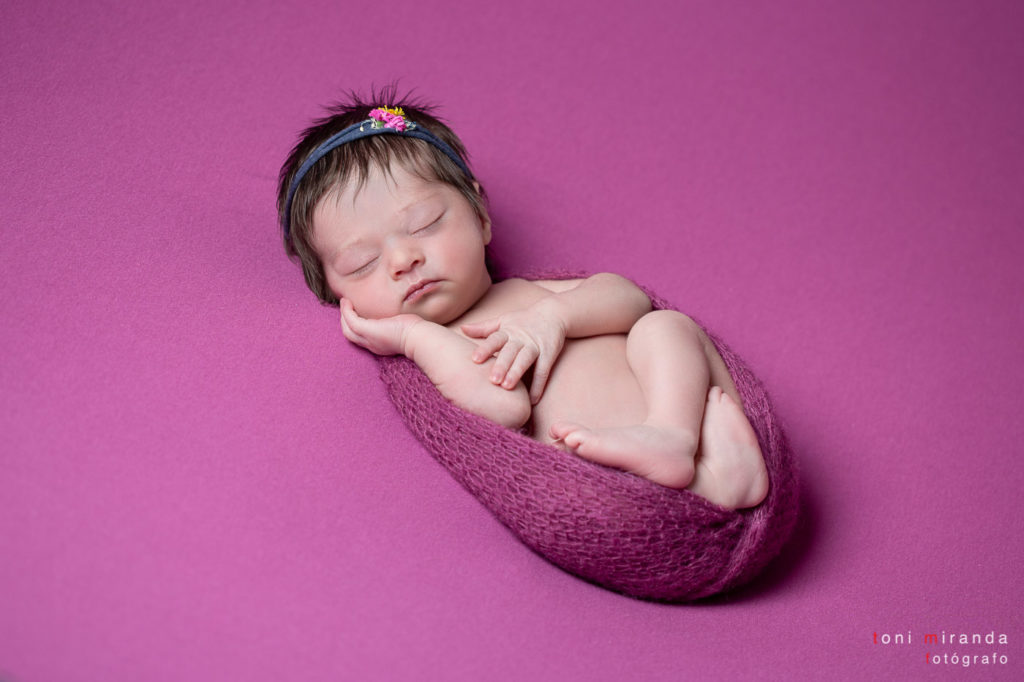 new born durmiendo sobre tela