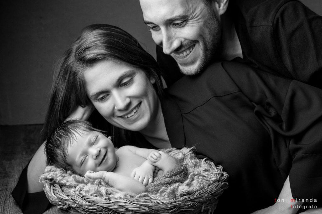 familia sonriendo con su bebe
