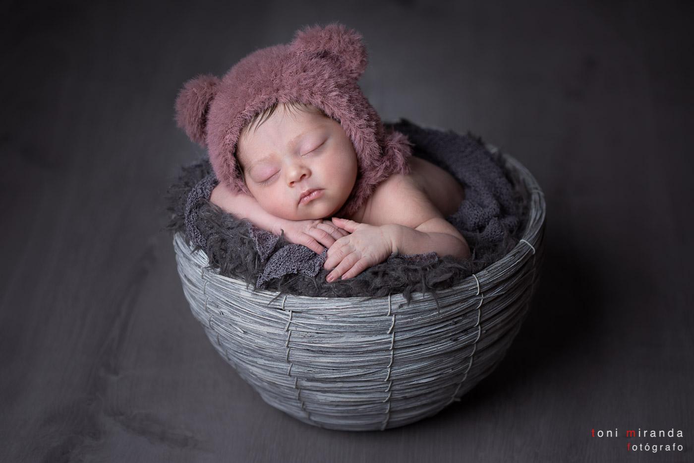 bebe durmiendo con gorrito