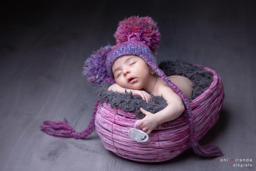 New born con la boca abierta durmiendo placidamente