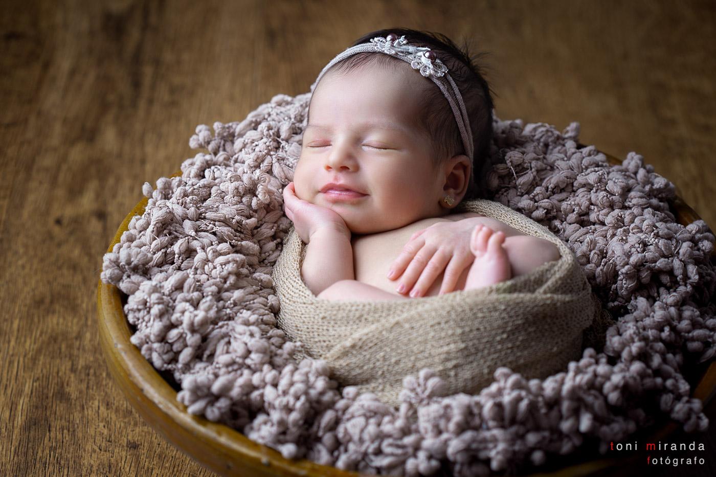 Recien nacida durmiendo mientras sonrie
