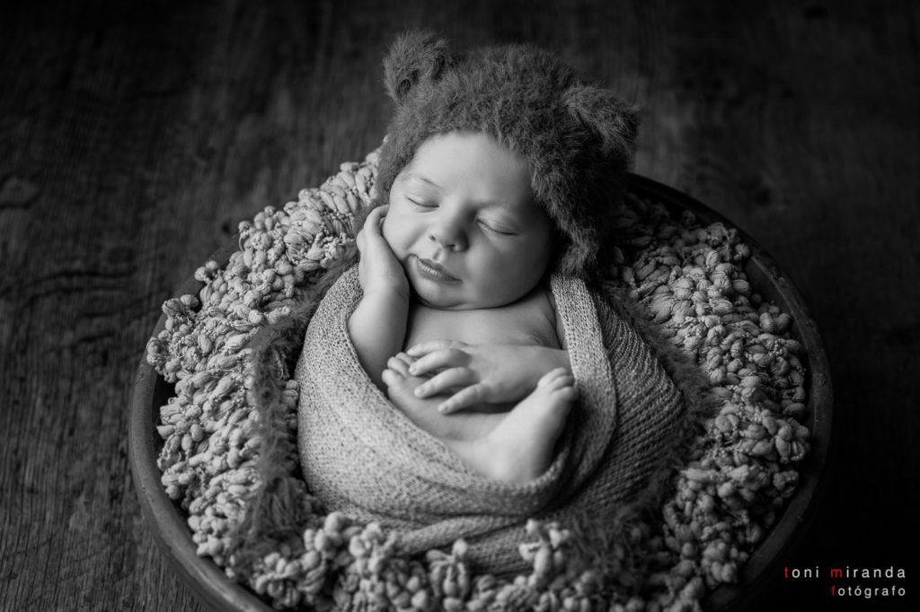 New born durmiendo envuelto en manta