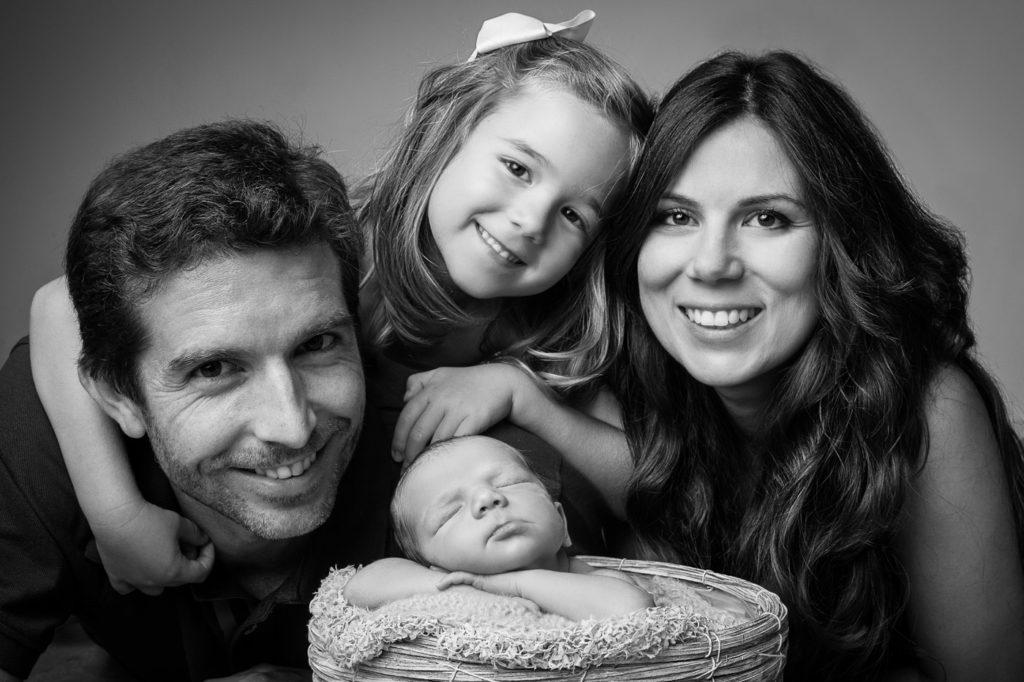 Fotografía en blanco y negro de familia sonriendo