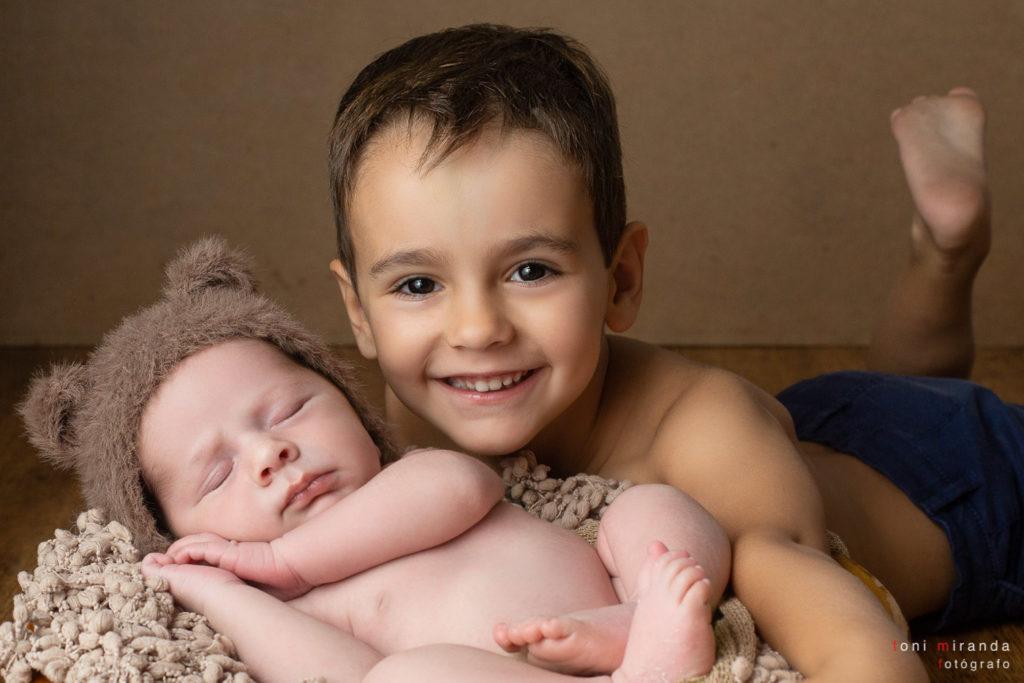 Bebé de 15 días junto a su hermanito