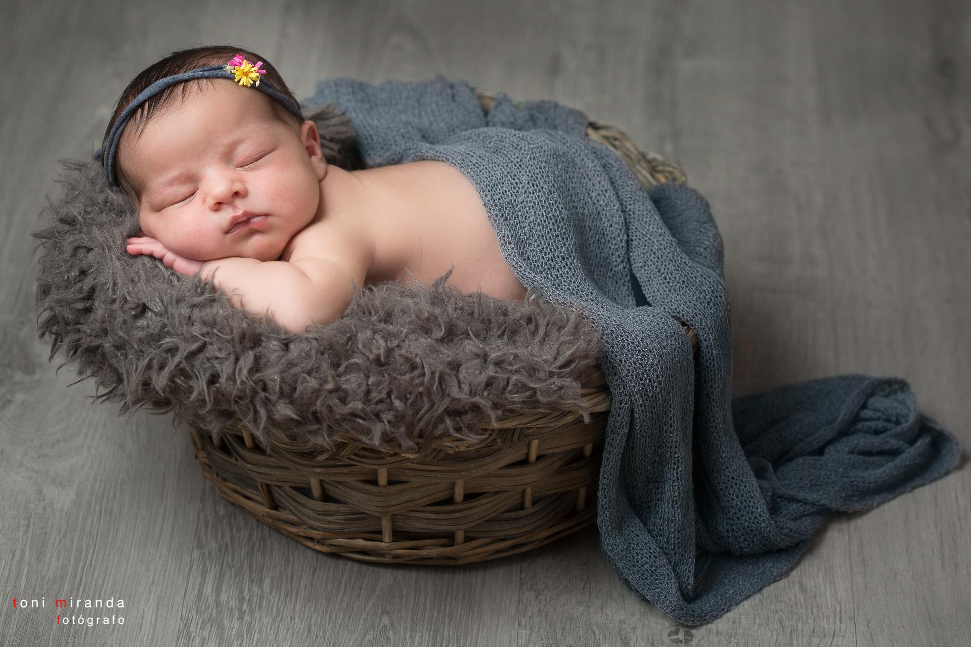 newborn bebe en cesta y prop